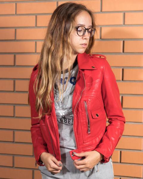 Стильная кожаная куртка красного цвета.