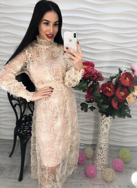 Красивое женское платье с жемчугом пудра.