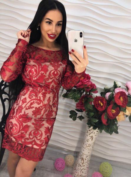 Короткое красное женское платье.