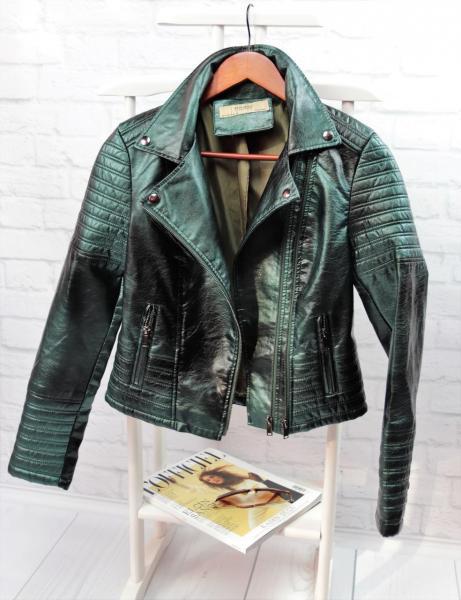 Стильная кожаная куртка зеленого цвета.