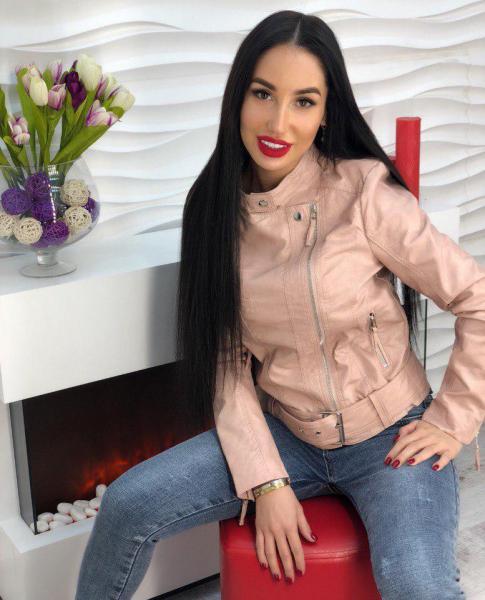 Стильная розовая кожаная куртка .