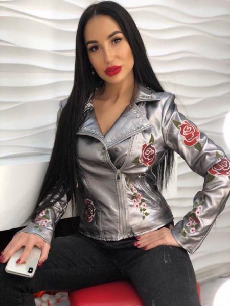Стильная  кожаная куртка серебро.