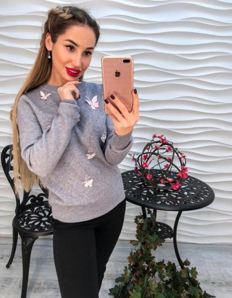 Стильный серый женский свитер с аппликацией 3Д.