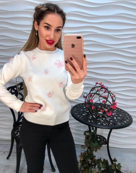Стильный белый женский свитер с аппликацией 3Д.