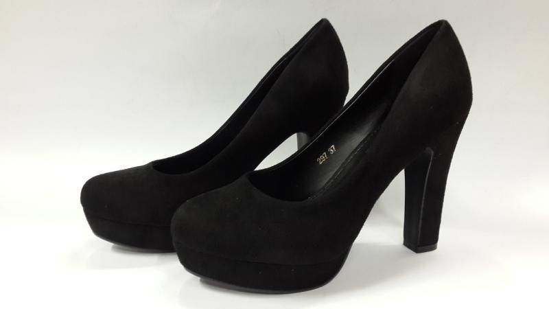 Женские туфли из экозамши на высоком каблуке.