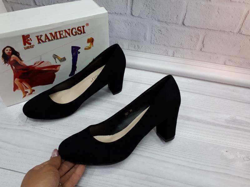 Женские замшевые туфли на каблуке.