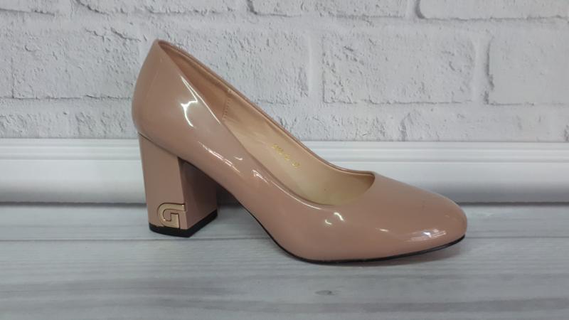 Женские кожаные туфли на каблуке.