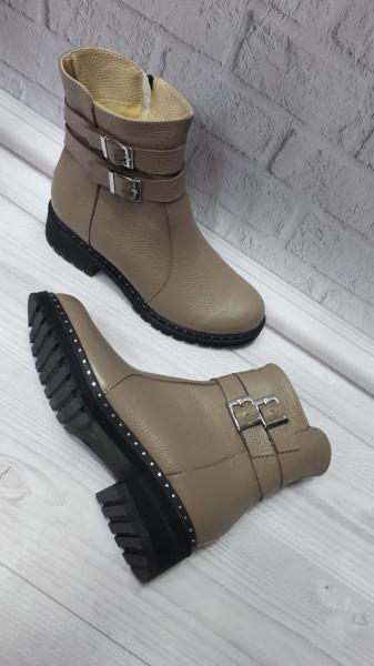 Женские кожаные зимние бежевые ботинки. Украина