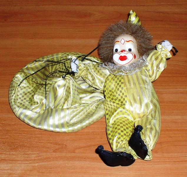 Фарфоровая кукла: Клоун с парашютом *7727