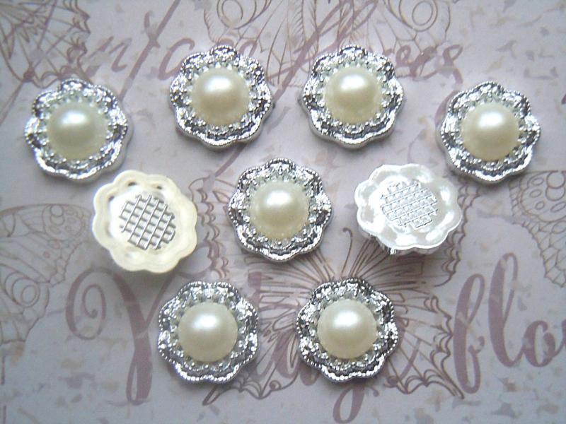 Фото Серединки ,кабашоны, Кабашоны, камеи Кабашон 18 мм. Пластиковый, серебряного цвета с жемчужной полубусинкой.