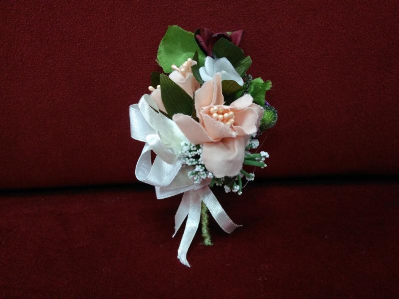 Свадебная бутоньерка персиковая с бордовым, белым и зеленым