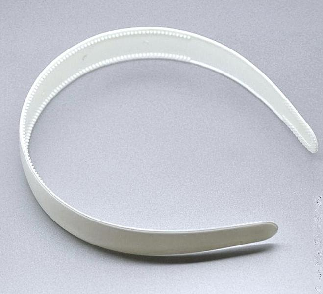 Пластиковый  обруч  25 мм . Белого  цвета  с  маленькими  зубчиками.