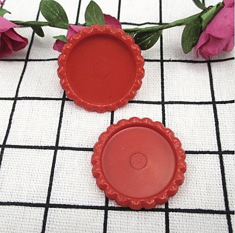 Фото Серединки ,кабашоны, Крышечки,эпоксидная наклейка Пластиковая  крышечка  Красного цвета , по наружи  33 мм.  Внутрений размер 25 мм.