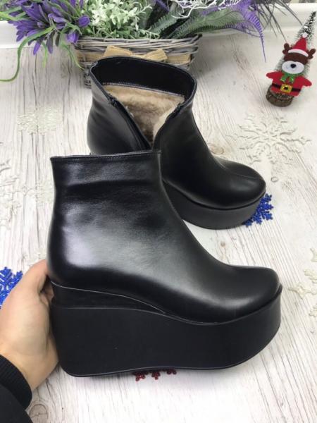 Ботинки на танкетке из натуральной кожи