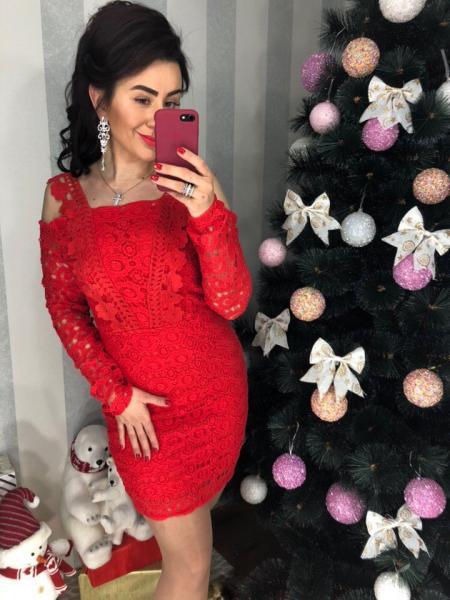 Элегантное красное женское платье.