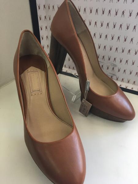Туфли женские модельные на устойчивом каблуке и платформе закрытые Uterque