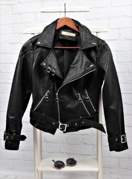Стильная кожаная куртка черная.