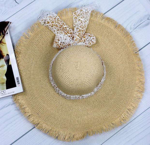 Очень красивая женская бежевая соломенная шляпа.