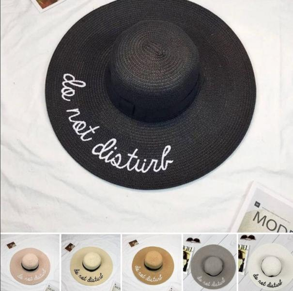 Женская соломенная шляпа в разных цветах.