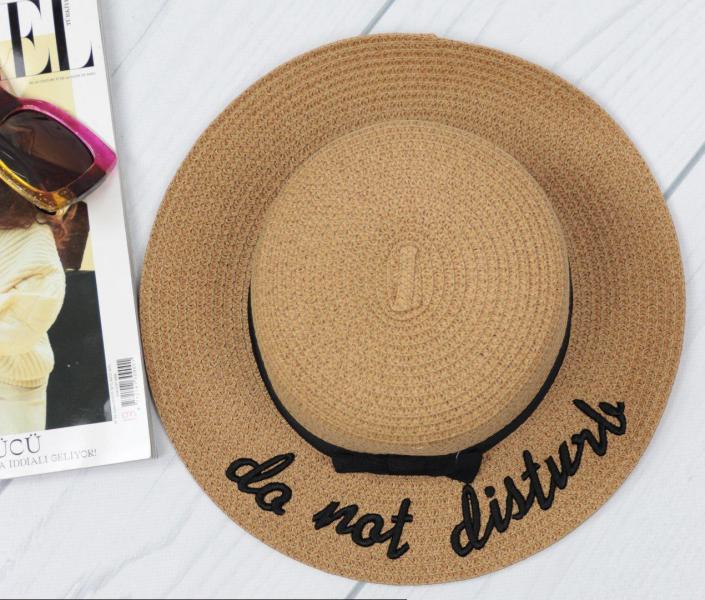 Женская соломенная шляпа коричневая.
