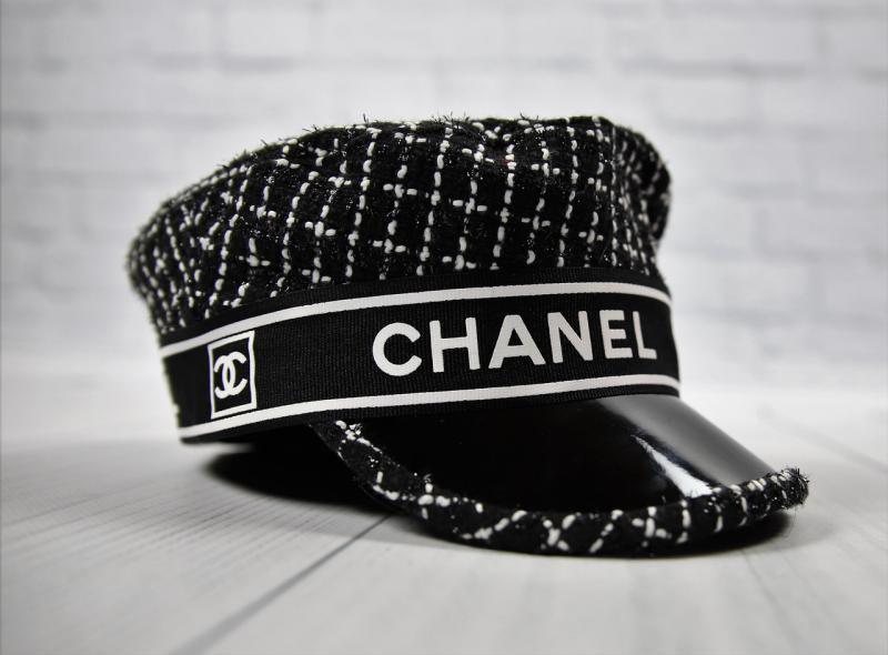 Стильная черно-белая женская кепка CHANEL.
