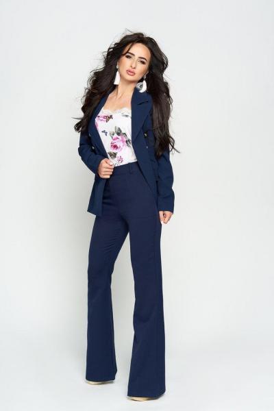 Стильный женский костюм пиджак и брюки.