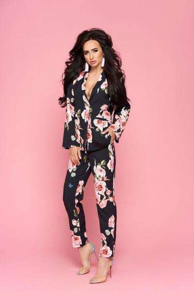 Стильный женский костюм пиджак и брюки с розами.