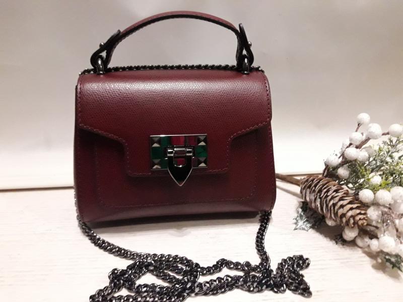Маленька шкіряна жіноча  сумка на два відділення має коротку і довгу ручку-ланцюжок