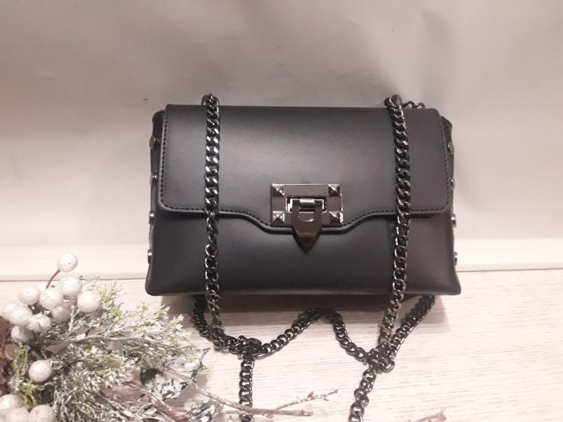 Шкіряна чорна жіноча сумочка  на ланцюжку  прикрашена заклепками