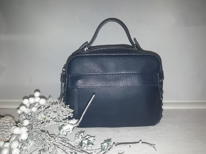 Синя шкіряна жіноча сумочка через плече має коротку ручку спереді карман прикрашена заклепками
