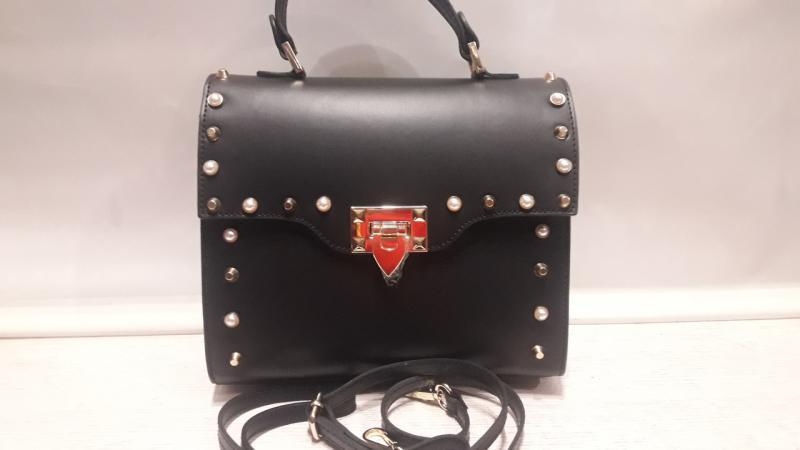 Шкіряна жіноча сумка чорного кольору має коротку і довгу ручку через плече