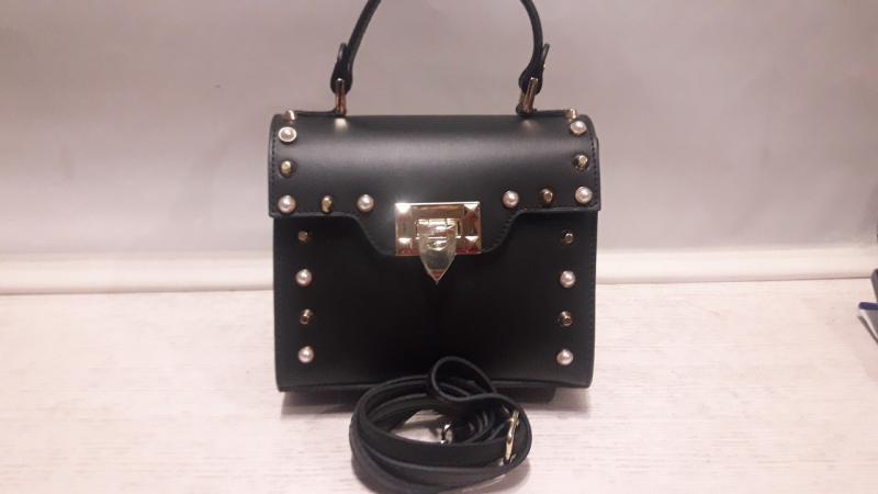 Шкіряна жіноча сумка чорного кольору має довгу і коротку  ручку через плече