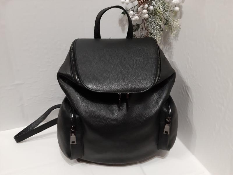 Жіночий шкіряний рюкзак чорного кольору по бокам кармани з заду карман на змійці виробництво Италія