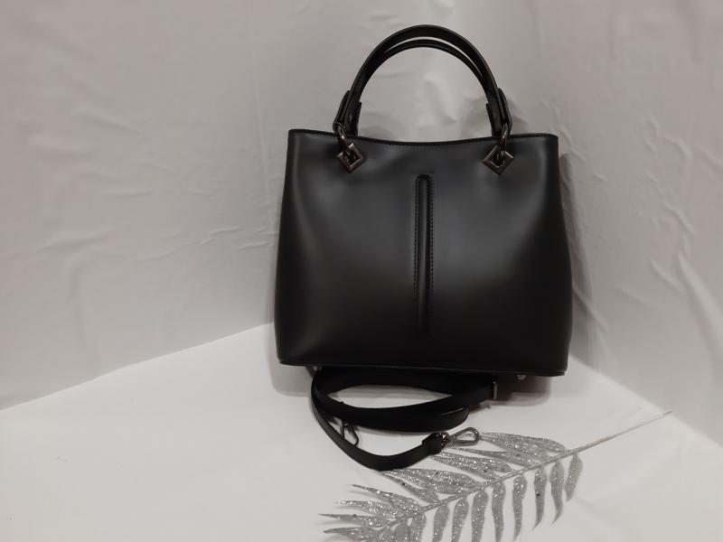 Женская кожаная сумочка на два отделения  имеет две коротких ручки и длинную сзаду карман