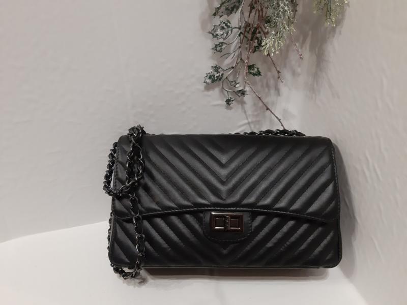 Жіноча шкіряна сумка- саквояж чорного кольору на ланцюжку