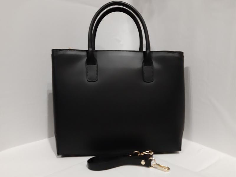 Жіноча шкіряна сумка чорного кольору має дві коротких ручки формат на А4 є довгий поясок
