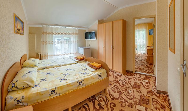 5. Семейный 2х комнатный номер с общей ванной комнатой