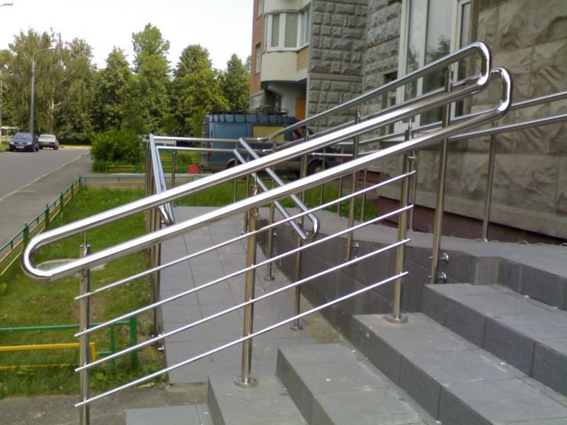 Лестничные ограждения, перила, инвалидные поручни из нержавеющей стали и стекла.