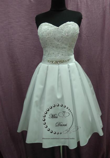 Короткое свадебное платье белое с атласной юбкой