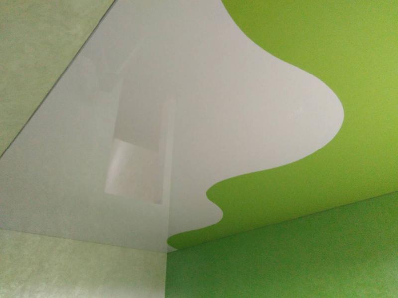Натяжні стелі з поєднанням кольорів
