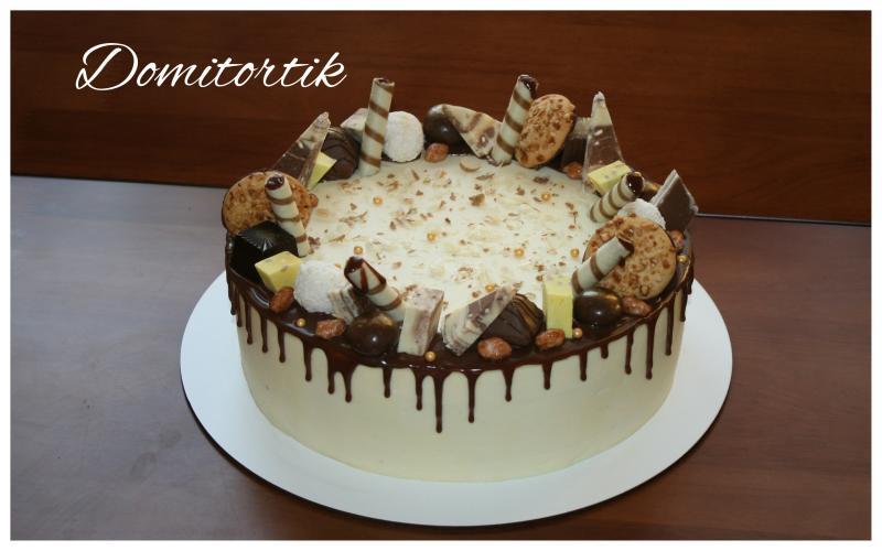 Торт с конфетами и шоколадными подтеками