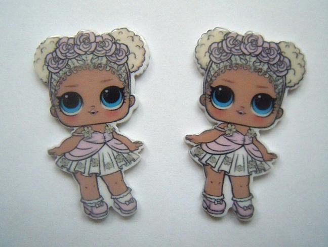 Пластиковая  серединка   25 * 40 мм.    ЛОЛ     в  белом  платье  и  светл.  розовом  веночке.