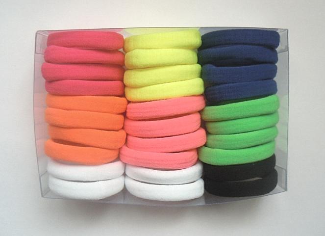 Резинка  Цветная  плотная , безшовная , гладкая.  Размер   4 см.  Ширина  0,8 см.    Упаковка  30 шт.  ( цвета  как  на  фото )