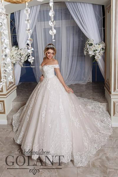 Пышное свадебное платье со шлейфом и кружевом Королева