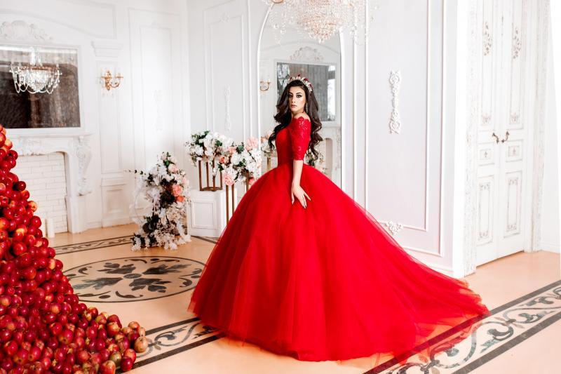 Красное пышное свадебное платье с кружевными рукавами и шлейфом Китнес