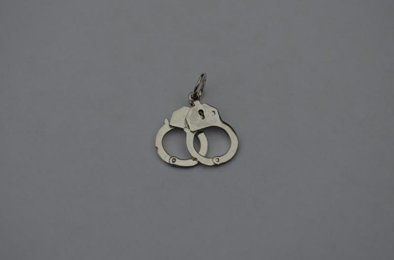 Серебряный кулон наручники серебро 925
