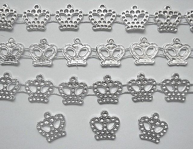 Фото Серединки ,кабашоны, Кабашоны детские мультики Корона   пластиковая  18 мм.  с  имитацией  страз на  двойной  нити.   Упаковка  20 коронок .