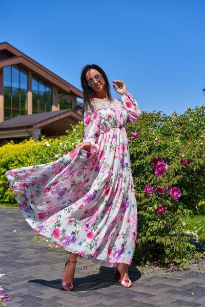 Женское длинное платье декорировано французским кружевом.