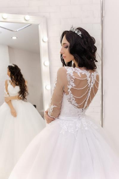 Пышное белое свадебное платье со шлейфом и рукавами Валенсия