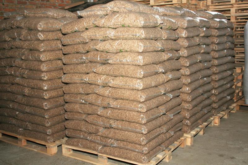 Пеллеты 6мм из сосновых опилокю А2 в полиэтиленовых пакетах по 15 кг